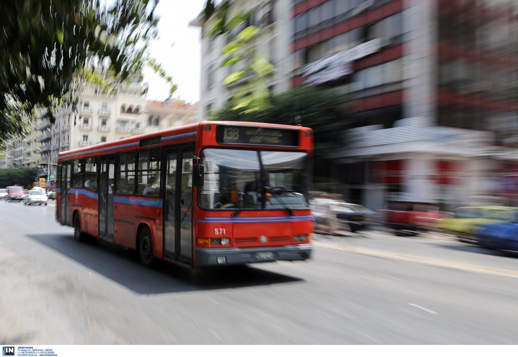 Άγριο επεισόδιο σε λεωφορείο μεταξύ επιβατών για χρήση μάσκας