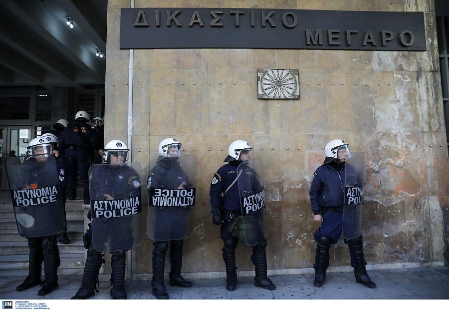 Συλλήψεις ατόμων που πέταξαν τρικάκια υπέρ Κουφοντίνα στα δικαστήρια-Φάρσα οι εκρηκτικοί μηχανισμοί