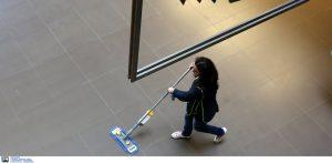 Στους δήμους θα ανήκουν οι σχολικές καθαρίστριες