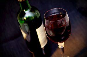 Εγκλωβισμένη περισσότερες από 24 ώρες μέσα σε ανελκυστήρα-Επιβίωσε πίνοντας κρασί!