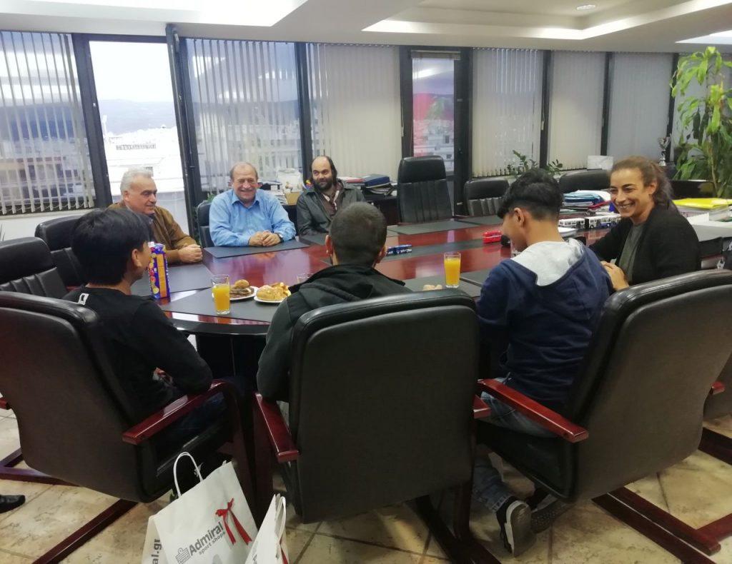 Με προσφυγόπουλα που δέχτηκαν bullying από οδηγό του ΟΑΣΘ συναντήθηκε ο Στ. Παππάς
