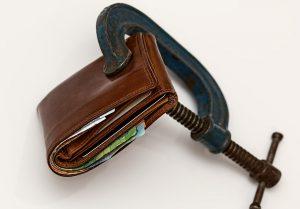 Μας πνίγουν τα χρέη σε εφορία και ταμεία