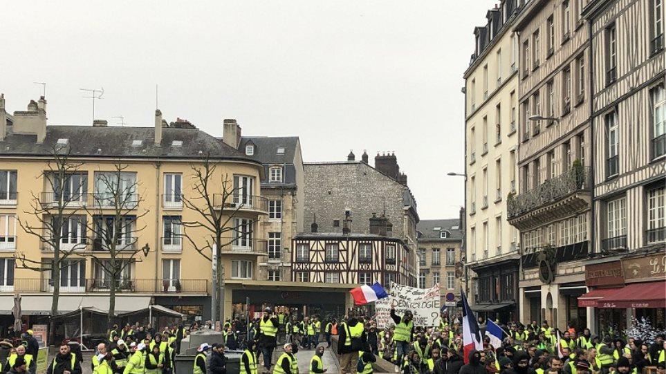 """Χειροπέδες σε διαδηλωτές των """"κίτρινων γιλέκων"""""""