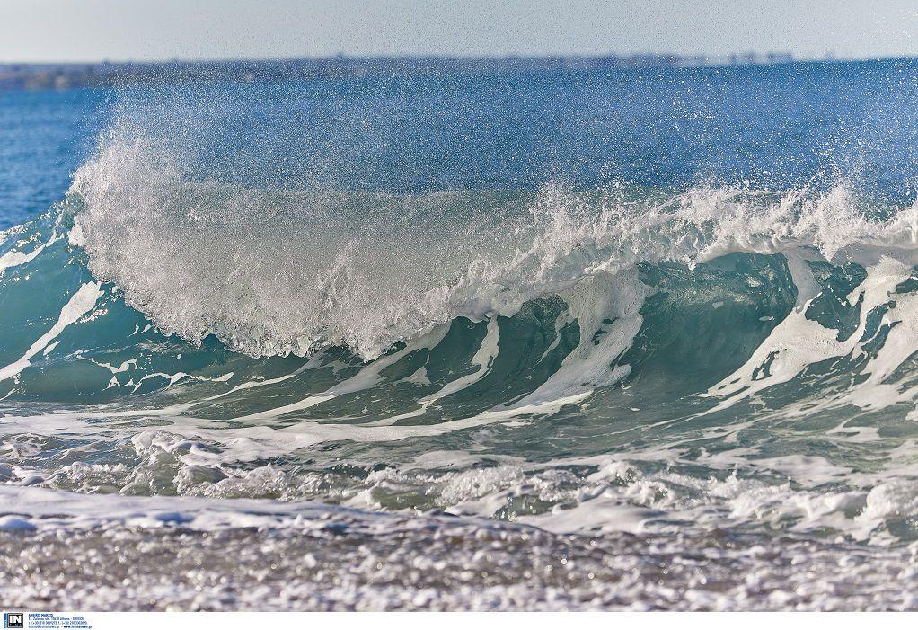 Πάρος: Τεράστια κύματα «κατάπιαν» παραλίες (VIDEO)