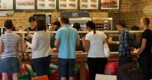 Έτρωγε δωρεάν για έναν χρόνο σε αλυσίδα fast-food λέγοντας πως είναι… από τα κεντρικά γραφεία