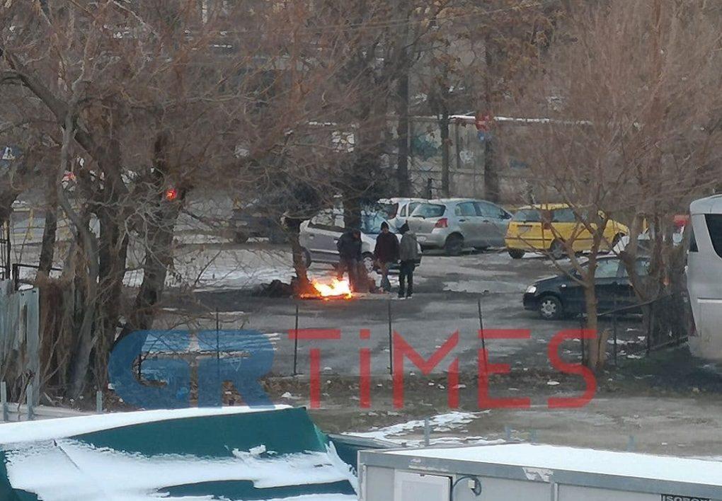 Θεσσαλονίκη: Άναψαν φωτιά για να ζεσταθούν, δίπλα στον Σιδηροδρομικό σταθμό