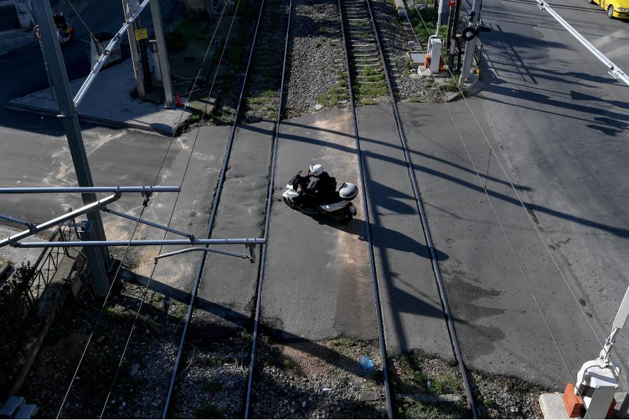 Θεσσαλονίκη: Έπεσε στο τραίνο αλλά τη γλύτωσε φθηνά
