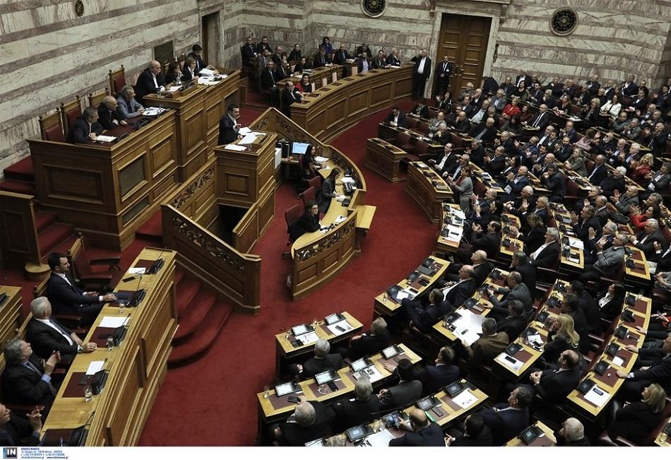 Ψηφίστηκε το νομοσχέδιο για τις 120 δόσεις και οι τροπολογίες για «13η σύνταξη» και μείωση ΦΠΑ