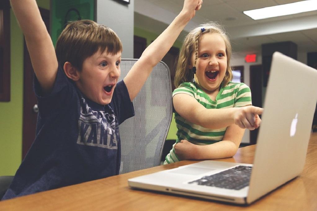 Σήμα κινδύνου για τα μικρά παιδιά που είναι «κολλημένα» στις οθόνες