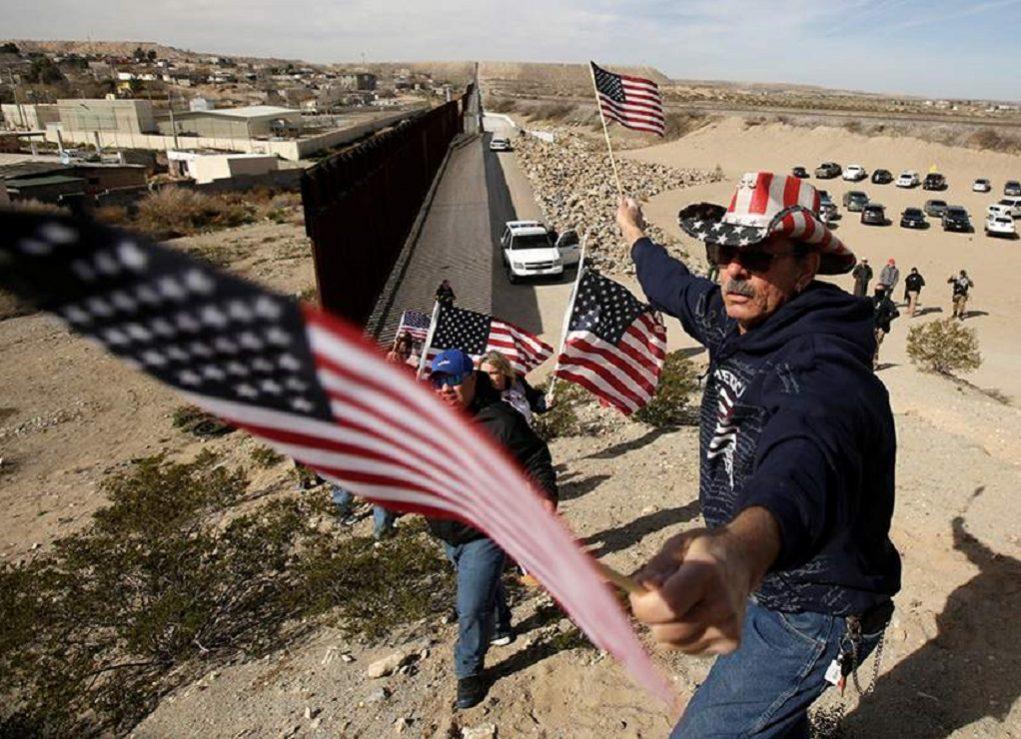 Αμερικάνοι διαδήλωσαν στα σύνορα με το Μεξικό υπέρ του τείχους