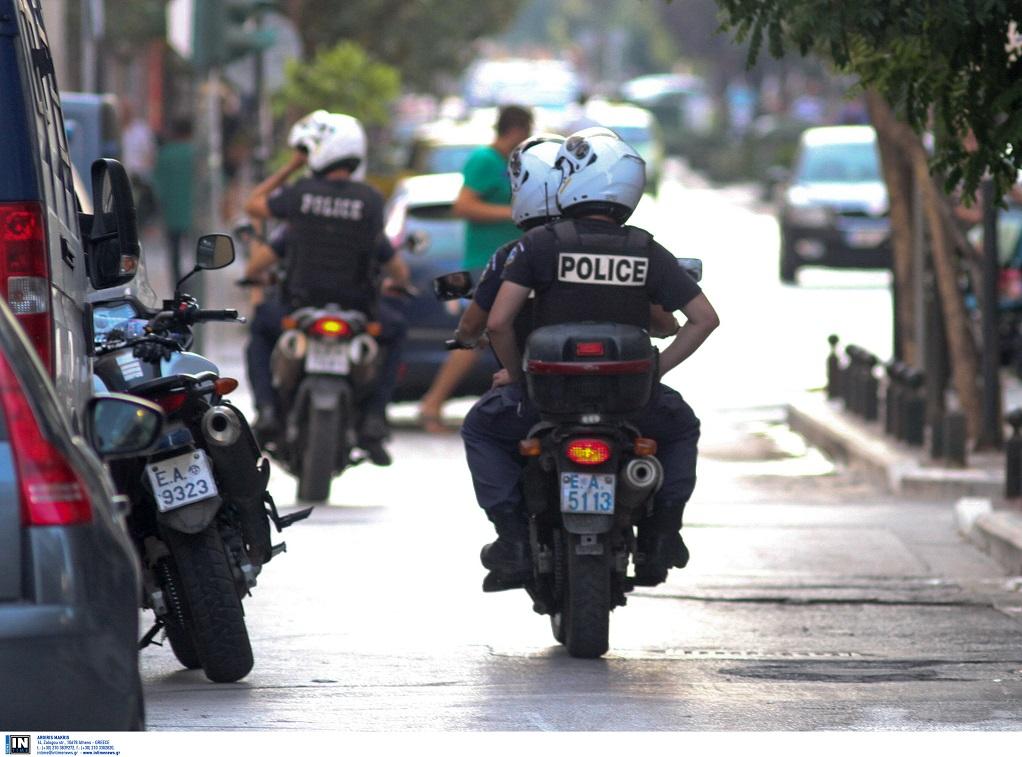 Παράνομοι μικροπωλητές επιτέθηκαν σε αστυνομικούς  – Τους άρπαξαν τις μηχανές!