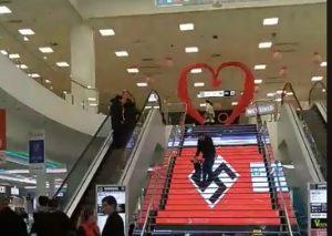 Σάλος στο Κίεβο με ναζιστική σημαία σε εμπορικό κέντρο (VIDEO)