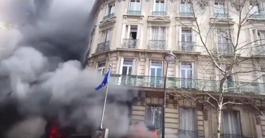 Εικόνες Marfin στη Γαλλία: Εγκλωβισμένη γυναίκα με το μωρό της σε υποκατάστημα τράπεζας(VIDEO)