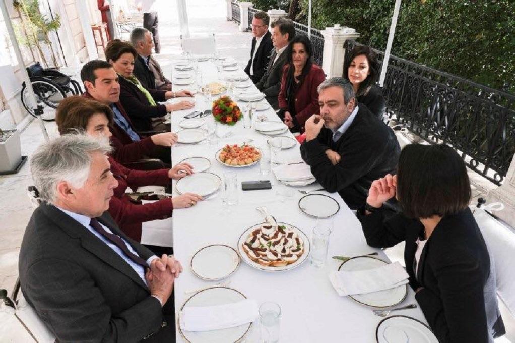 Το γεύμα του Αλέξη Τσίπρα στην βεράντα του Μαξίμου (ΦΩΤΟ)