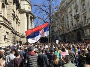 Διαδηλωτές περικύκλωσαν το προεδρικό μέγαρο στο Βελιγράδι (VIDEO)