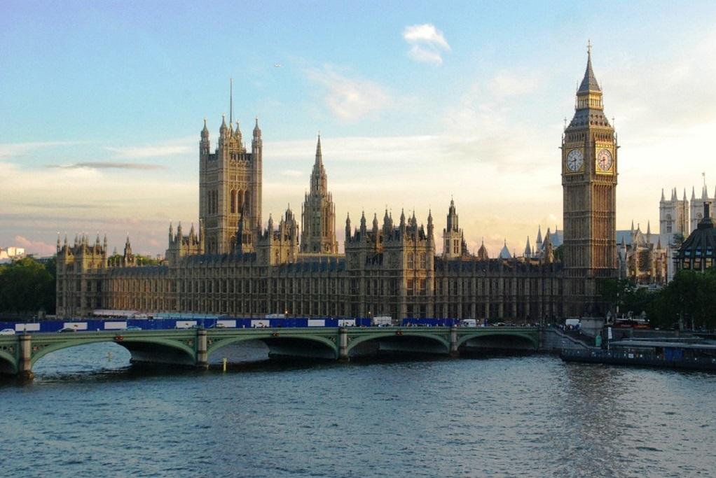 Η μετανάστευση προς τη Βρετανία έπεσε στο χαμηλότερο επίπεδο των τελευταίων 5χρόνων