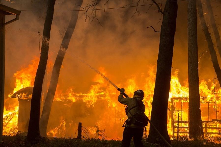 Κιθαιρώνας: Συνεχίζεται η μάχη με τις φλόγες σε χαράδρα