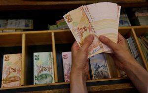 Υποχωρεί η τουρκική λίρα ύστερα από δημοσίευμα για αμερικανικές κυρώσεις