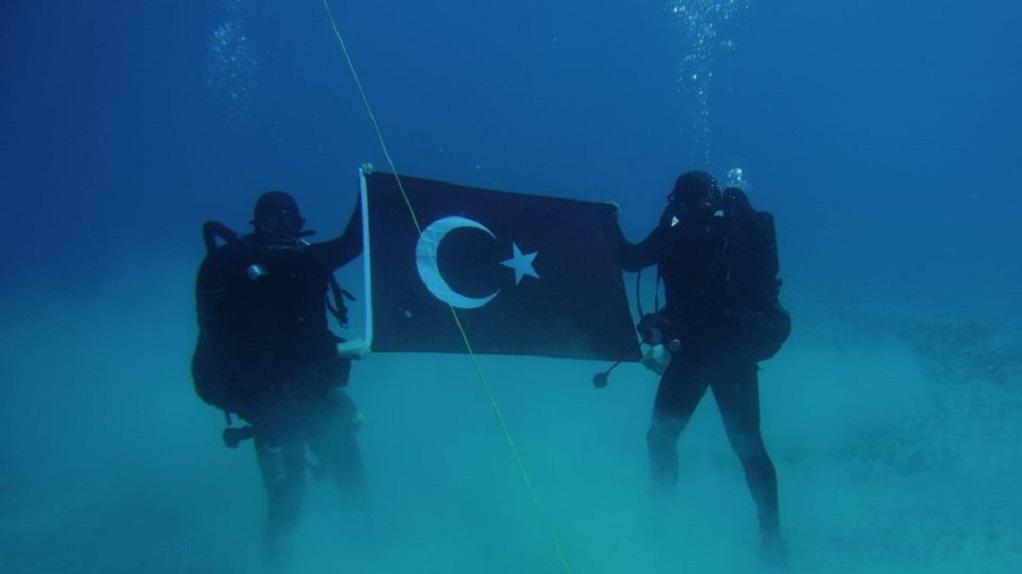 Τούρκοι κομάντος με την τουρκική σημαία στον βυθό της Σούδας(ΦΩΤΟ)