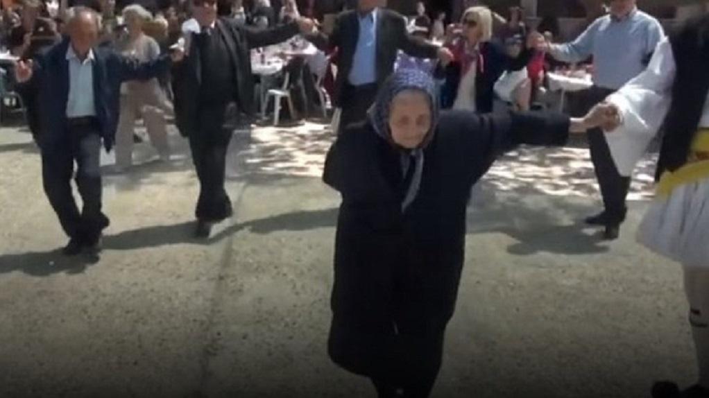 Το τσάμικο της γιαγιάς στη Ναυπακτία που έγινε viral (VIDEO)