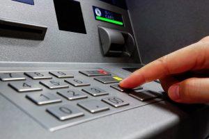 Έρχονται αυξήσεις στις προμήθειες για αναλήψεις μετρητών από άλλη τράπεζα