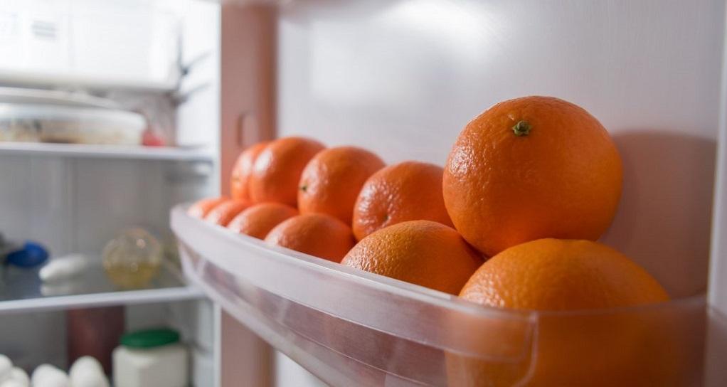 To τρικ με το πορτοκάλι που εξαφανίζει τις ανεπιθύμητες μυρωδιές από το ψυγείο