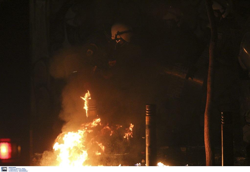 Μολότοφ στα Εξάρχεια -Έκαψαν ένα αυτοκίνητο