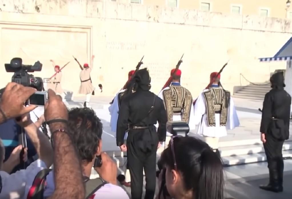 Συγκίνηση: Πόντιοι Εύζωνες στην αλλαγή Προεδρικής Φρουράς (VIDEO)
