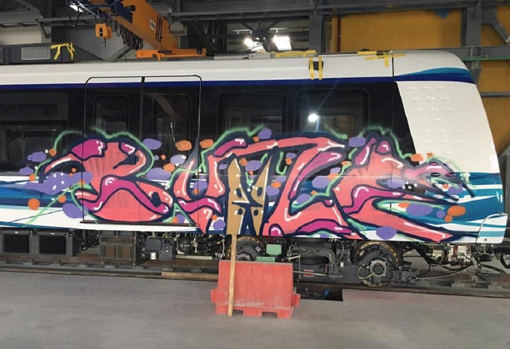 Θεσσαλονίκη: Ζωγράφισαν γκράφιτι στα βαγόνια του μετρό