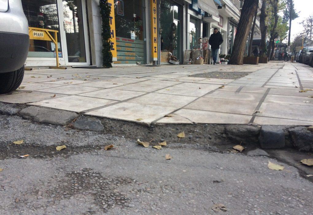 Θεσσαλονίκη: Πάρκαρε σε ράμπα και ένας πατέρας με καρότσι τον… τιμώρησε (ΦΩΤΟ)