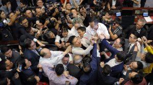 Ξύλο στη Βουλή του Χονγκ Κονγκ: Με φορείο έφυγε τραυματίας βουλευτής (VIDEO)