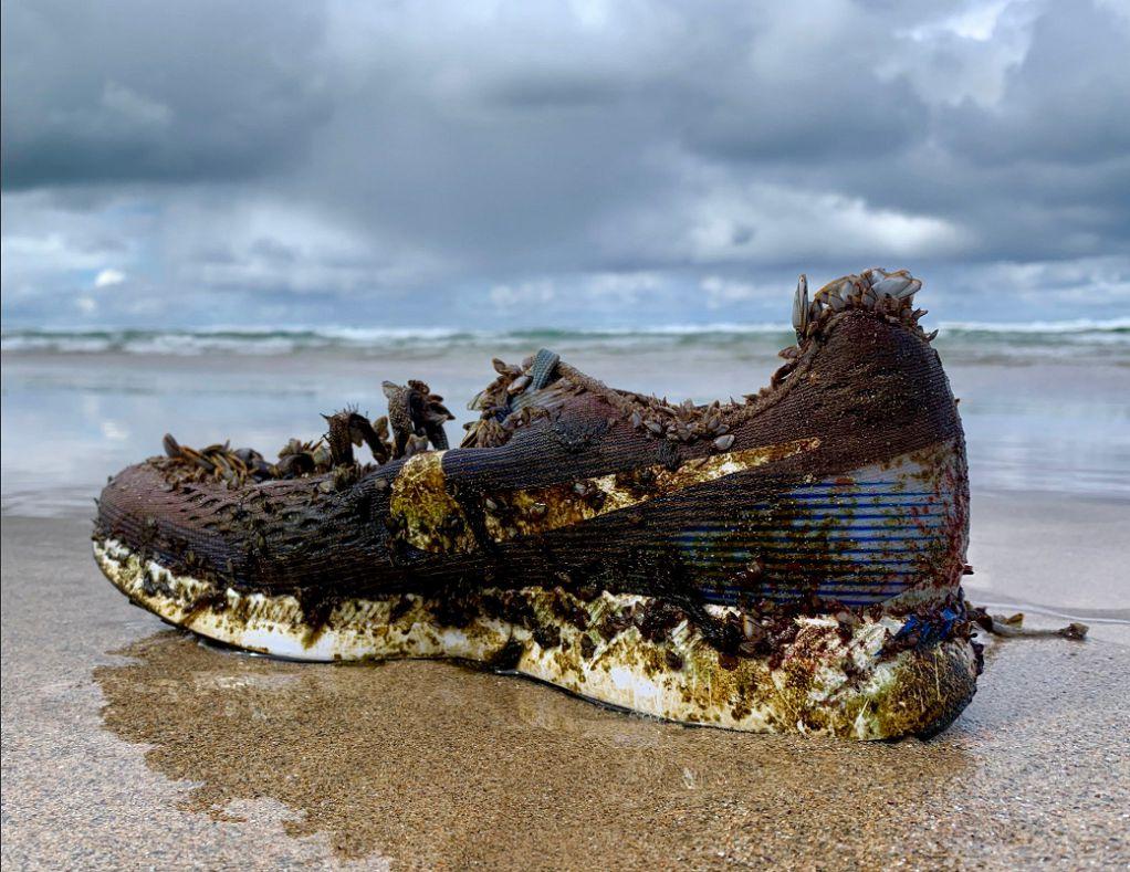 Το μυστήριο με τα ξεβρασμένα παπούτσια στη θάλασσα (ΦΩΤΟ)