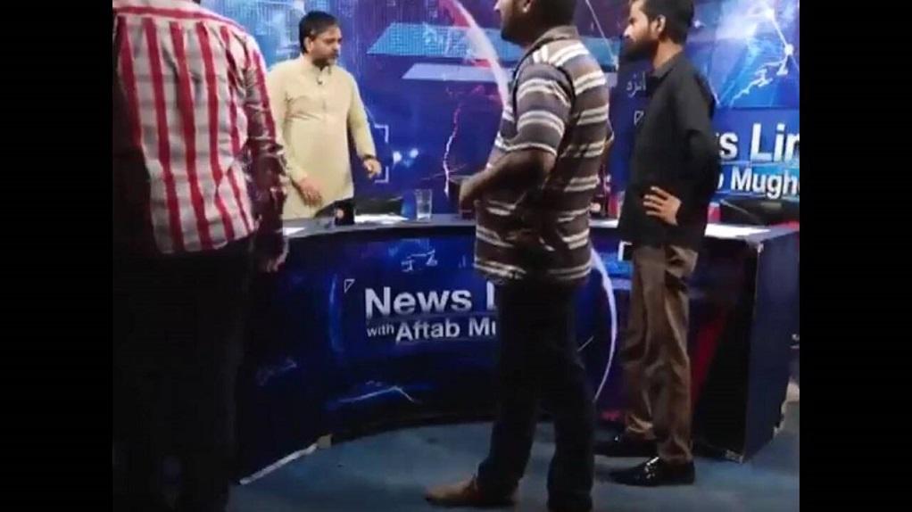 Πακιστάν: Άγριος καυγάς δημοσιογράφου – πολιτικού on air (VIDEO)