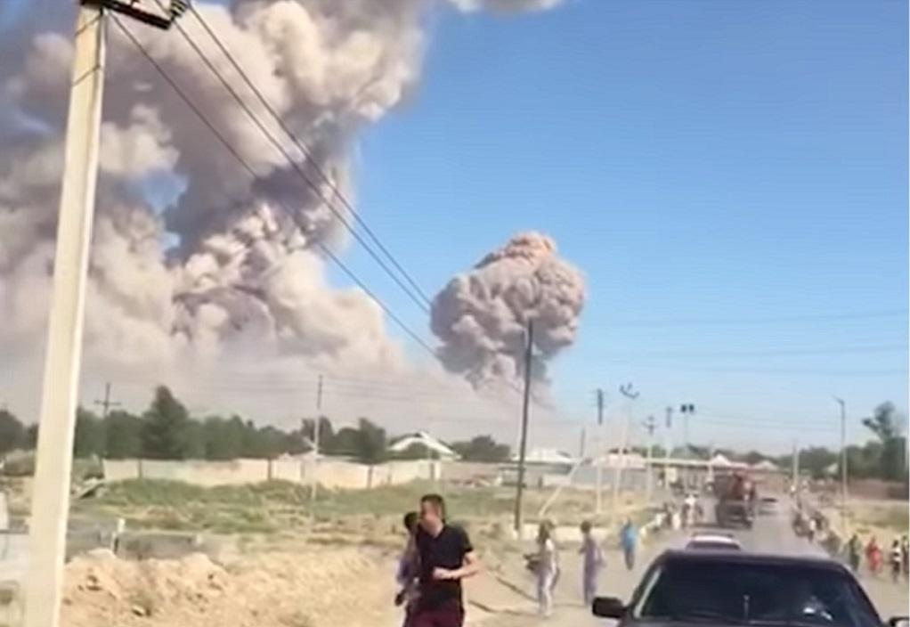 «Κόλαση» σε πόλη του Καζακστάν από εκρήξεις σε αποθήκη πυρομαχικών (VIDEO)