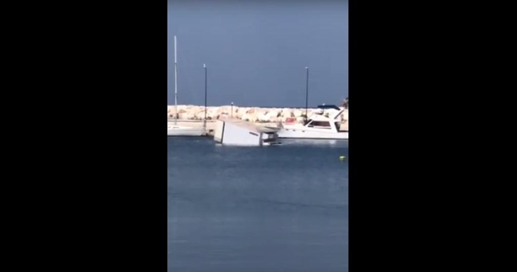 Στη θάλασσα… φορτηγό – «Λύθηκε» το χειρόφρενο (VIDEO)