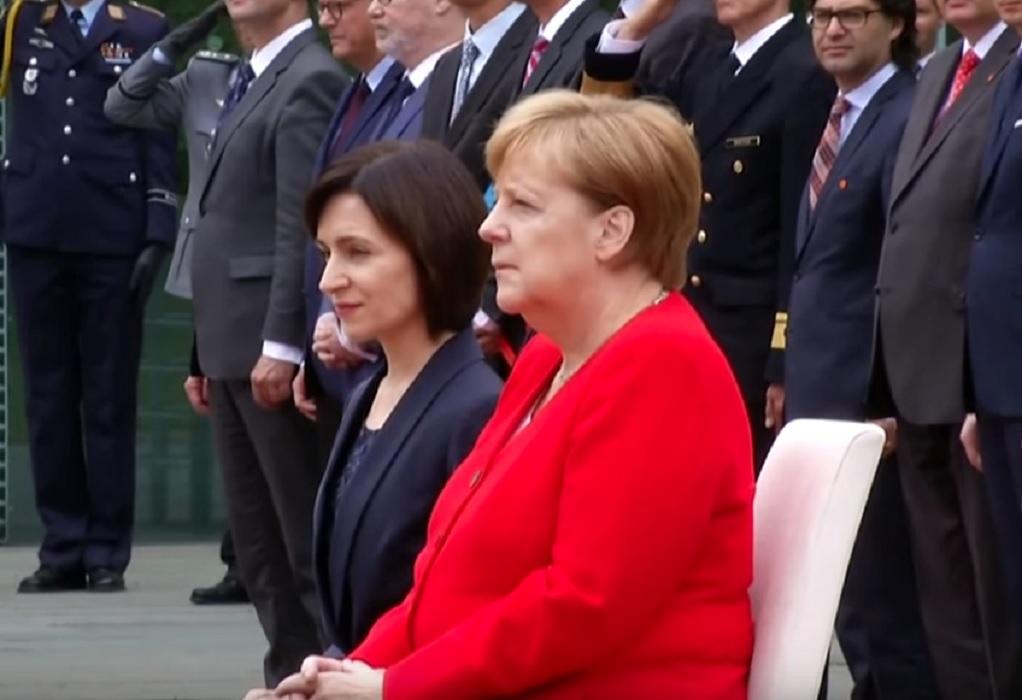 Η Μέρκελ καθιστή και στην υποδοχή της πρωθυπουργού της Μολδαβίας (VIDEO)