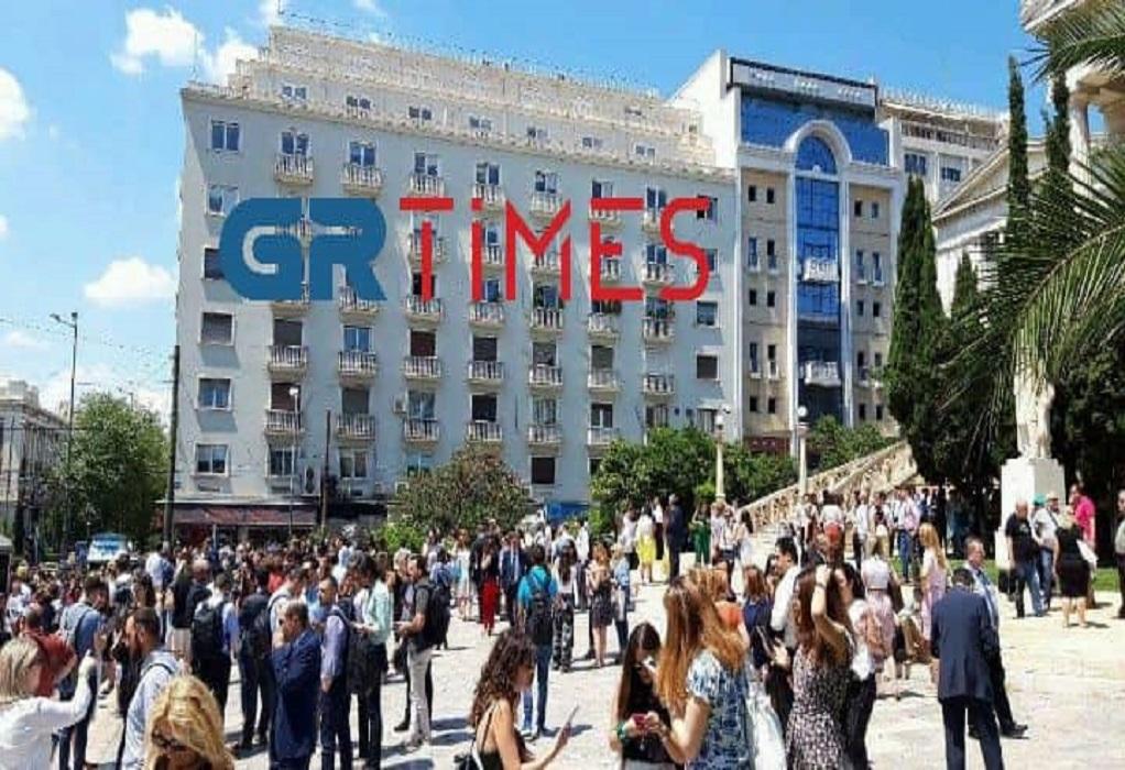 Ισχυρός σεισμός στην Αθήνα- Βγαίνουν στους δρόμους και τις πλατείες (ΦΩΤΟ-VIDEO)