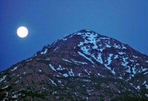 Υπάρχει ένα βουνό που το λένε φεγγάρι