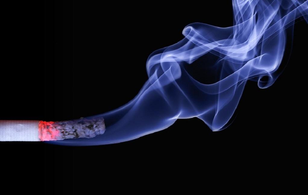 Πώς να διώξετε με φυσικό τρόπο τη μυρωδιά του τσιγάρου από το σπίτι σας
