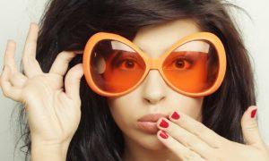 Ένα ζευγάρι πορτοκαλί γυαλιά βοηθάει… στον ύπνο σας