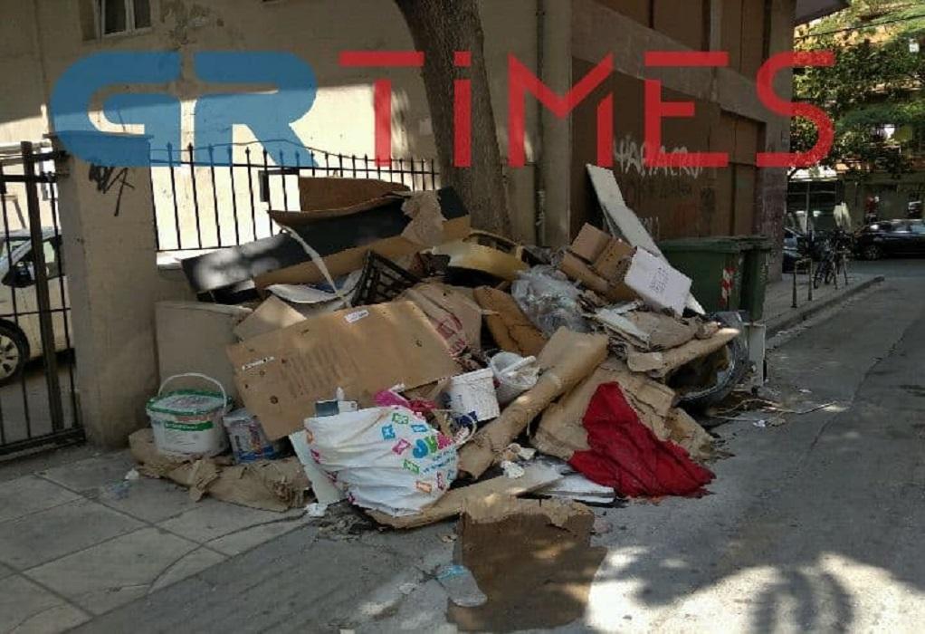 Θεσσαλονίκη: Τόνοι ογκωδών αντικειμένων στα πεζοδρόμια μέσα πέντε μέρες