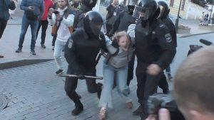 Ρωσία – Οργή για βίντεο που δείχνει αστυνομικό να γρονθοκοπηθεί διαδηλώτρια