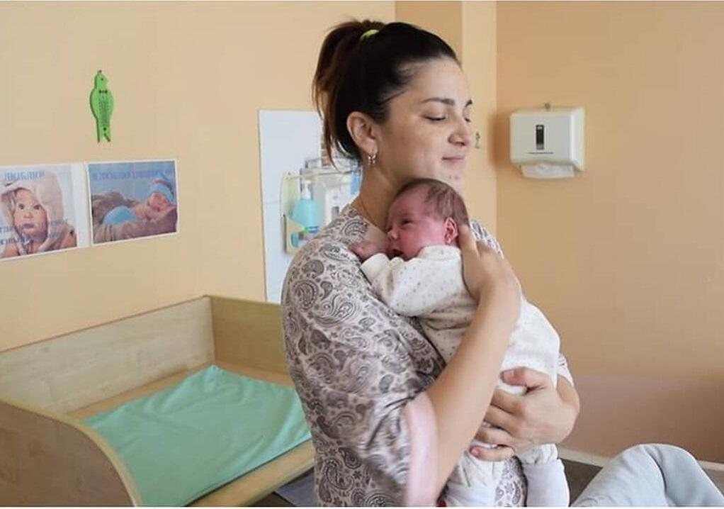 Γέννησε δίδυμα με διαφορά… 11 εβδομάδων! (ΦΩΤΟ-VIDEO)