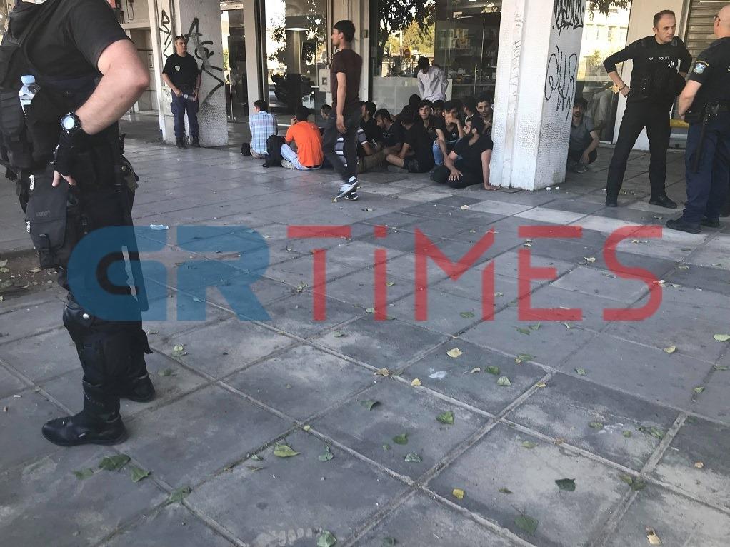ΤΩΡΑ – Αστυνομική επιχείρηση για παράτυπους μετανάστες στη Θεσσαλονίκη (ΦΩΤΟ)
