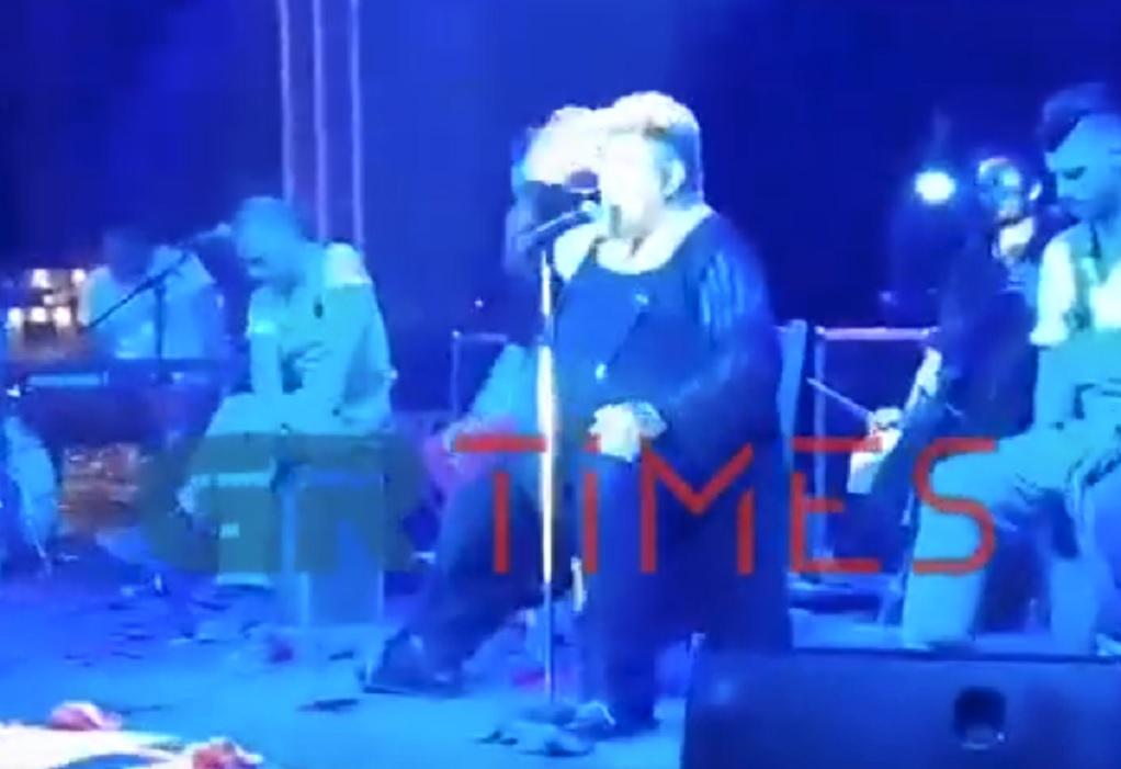 Ο Κραουνάκης «κατσάδιασε» μητέρα σε συναυλία του (VIDEO)