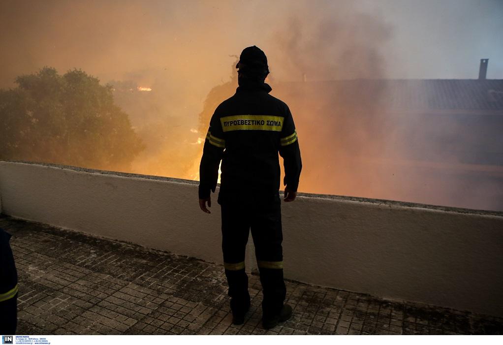 Ο δήμος Αθηναίων στέλνει 2.500 μπουκάλια νερό και χυμούς στους πυροσβέστες στην Εύβοια