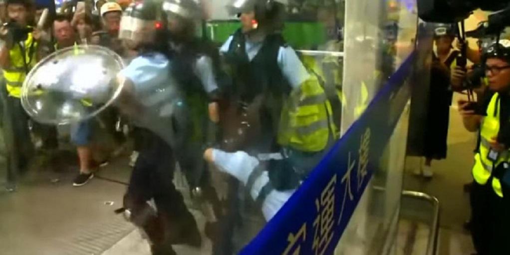Χονγκ Κονγκ- Συμπλοκές διαδηλωτών και αστυνομίας στο διεθνές αεροδρόμιο της πόλης