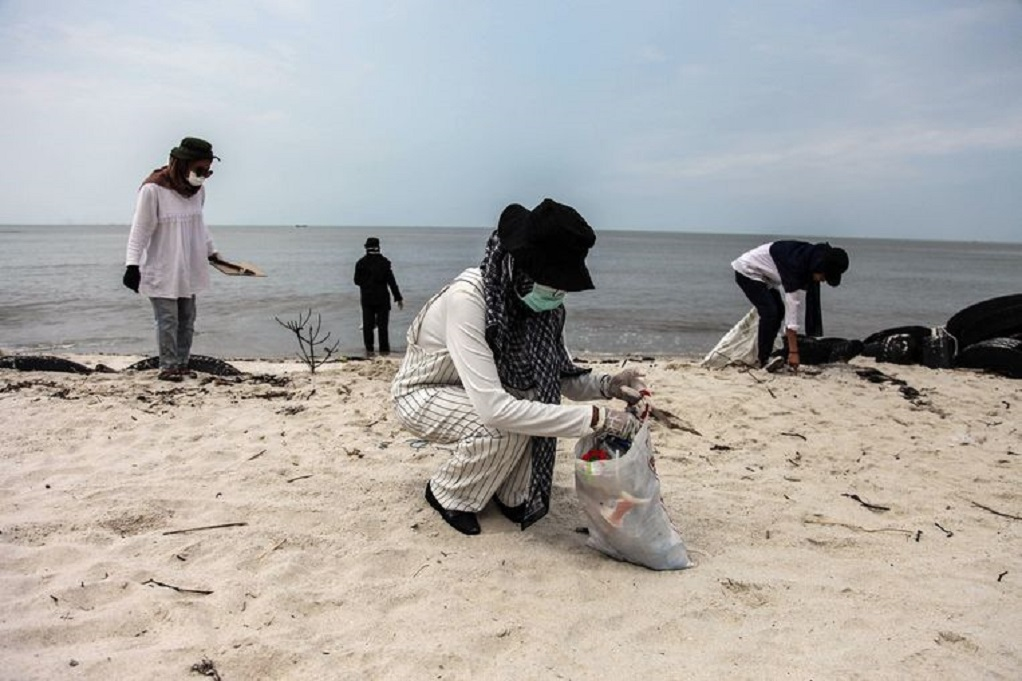 Δεκάδες χιλιάδες Ινδονήσιοι έσπευσαν μαζικά στις παραλίες για να μαζέψουν τα σκουπίδια(ΦΩΤΟ)
