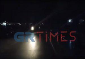 Ο Πόρος στο Σκοτάδι: Βόλτα με…φακούς οι επισκέπτες – Σε απόγνωση οι καταστηματάρχες (VIDEO)