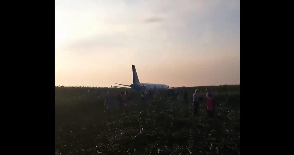 Ρωσία: Αναγκαστική προσγείωση Airbus σε χωράφι (VIDEO)
